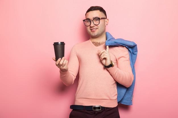 Gut aussehender mann in der hellen jacke mit kaffeetasse