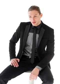 Gut aussehender mann in einem anzug