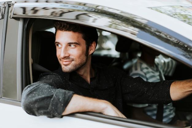 Gut aussehender mann in einem auto