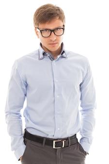 Gut aussehender mann in einem hemd und in gläsern