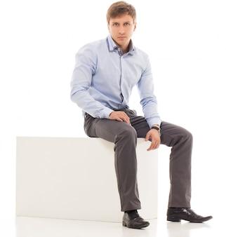 Gut aussehender mann in einem hemd