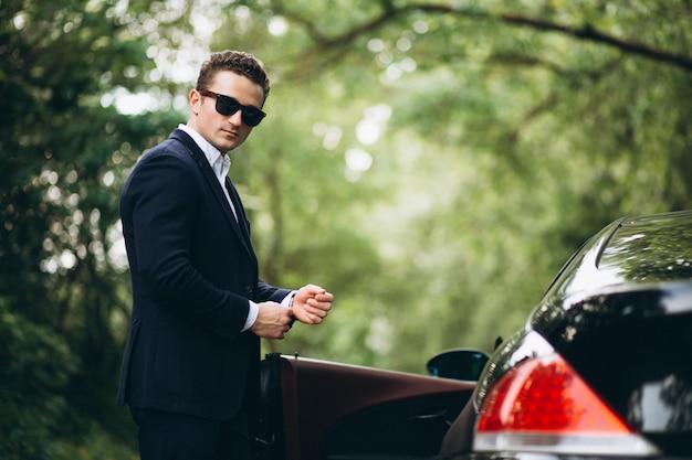 Gut aussehender mann mit dem auto