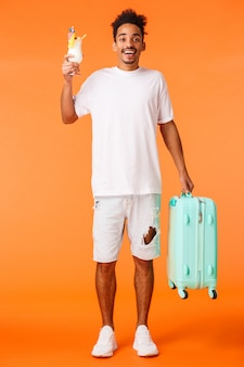 Gut aussehender mann mit dem weißen t-shirt bereit zu reisen