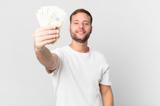 Gut aussehender mann mit dollar-banknoten