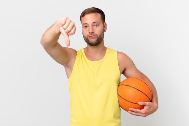 Gut aussehender mann mit einem basketballball