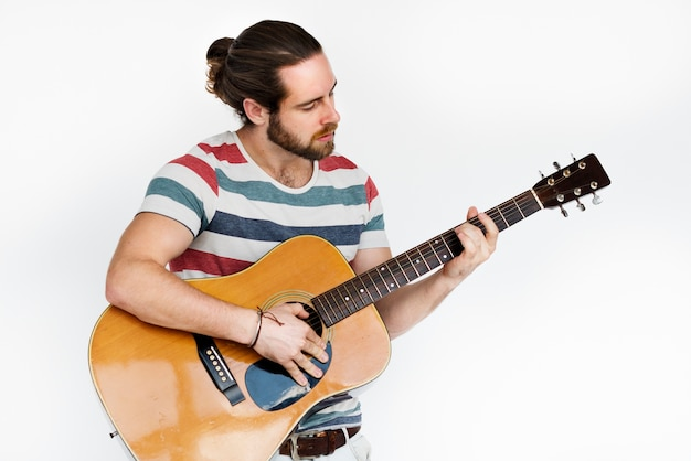 Gut aussehender mann mit einer gitarre