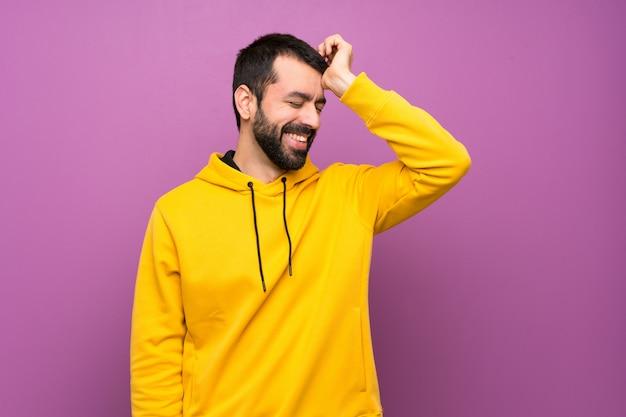 Gut aussehender mann mit gelbem sweatshirt hat etwas erkannt und die lösung beabsichtigt