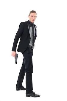 Gut aussehender mann mit pistole