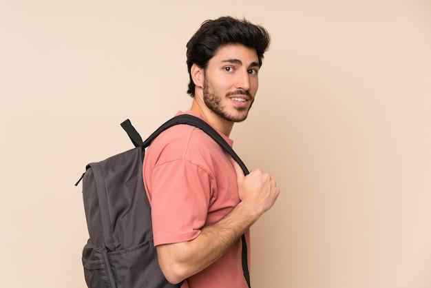 Gut aussehender mann mit rucksack