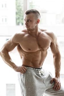 Gut aussehender mann mit sexy körper