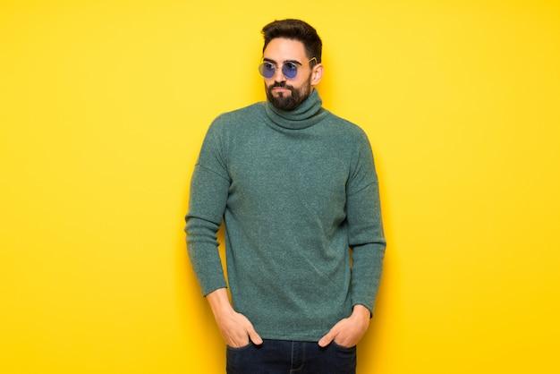 Gut aussehender mann mit sonnenbrille gefühl verärgert