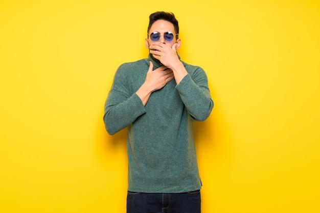 Gut aussehender mann mit sonnenbrille leidet unter husten und fühlt sich schlecht