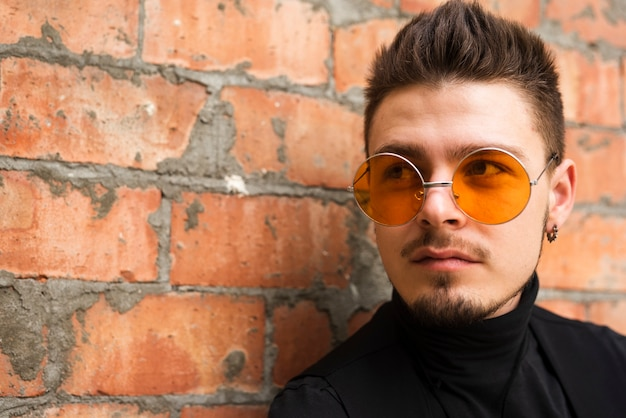 Gut aussehender mann mit stilvollen gläsern