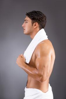 Gut aussehender mann nach dem duschen