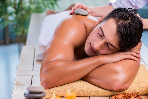 Gut aussehender mann während der badekurortsitzung