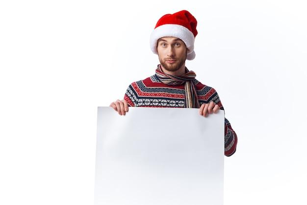 Gut aussehender mann white paper billboard werbung isolierten hintergrund