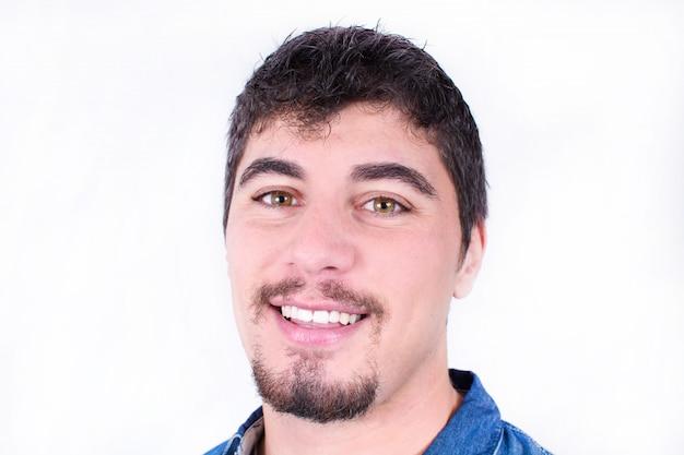 Gut aussehender und junger mann lächelnd