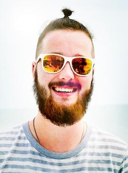 Gut aussehendes mann-strand-ferien-lebensstil-porträt-konzept