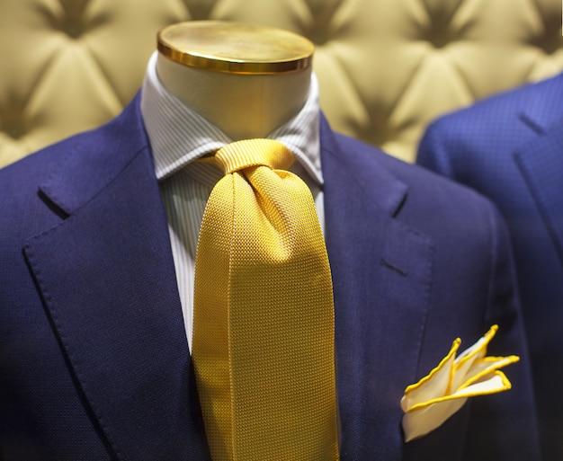 Gut gekleideter mann
