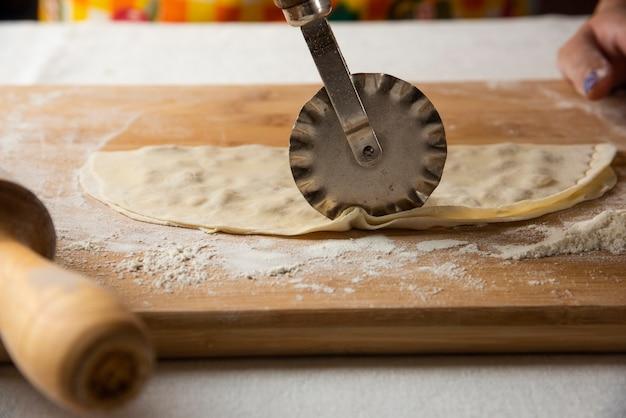 Gutab auf holzbrett machen. aserbaidschanische nationale küche.