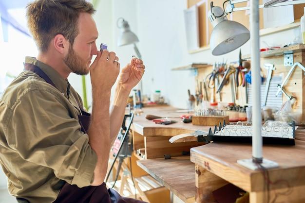 Gutachter-inspektionsring im juweliergeschäft