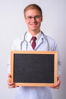 Gutaussehender mann doktor gegen leerraum