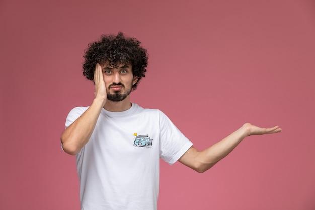 Gutaussehender mann posiert auf seltsame weise