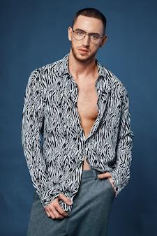 Gutaussehender mann schwarz-weiß-shirt mode selbstvertrauen modell