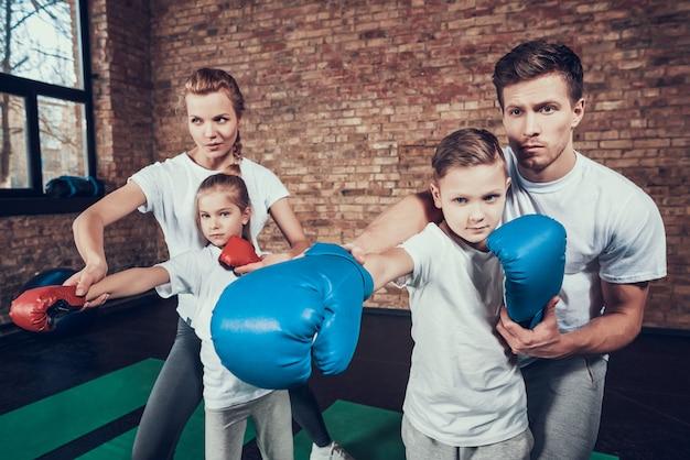 Gute eltern unterrichten kleine kinder in selbstverteidigung