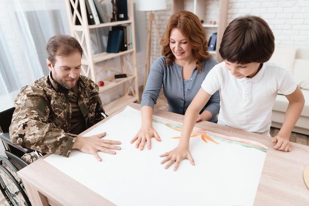 Gute familie zeichnet mit palmen auf dem tisch