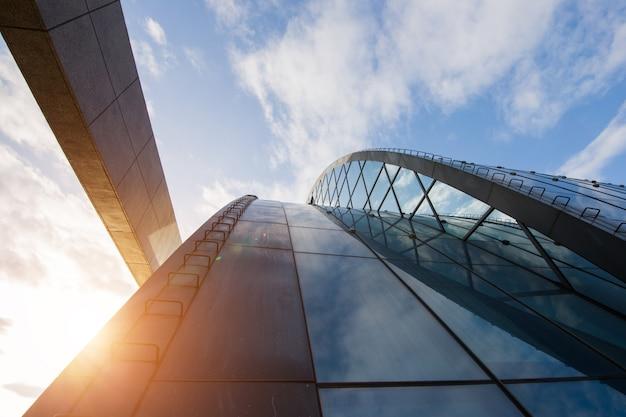 Gute geschäftsaussichten. modernes bürohaus mit sonnigem schönem himmel.