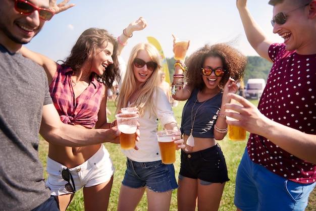 Gute gesellschaft ist auf der party am wichtigsten
