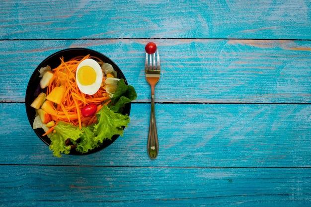 Gute gesundheit und vegetarisches konzept, gesunder gemüsesalat des grünen frischgemüses
