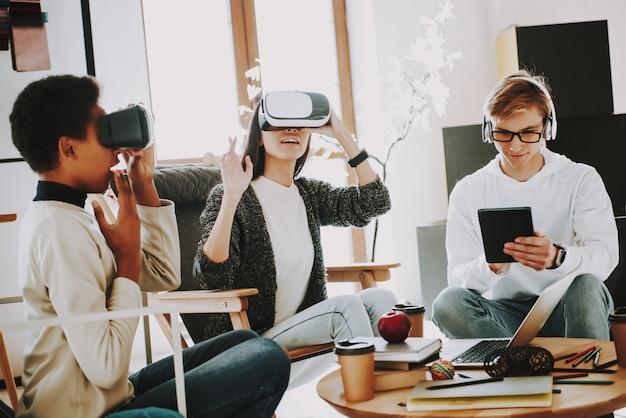 Gute laune bei der arbeit mit brillen virtuell.