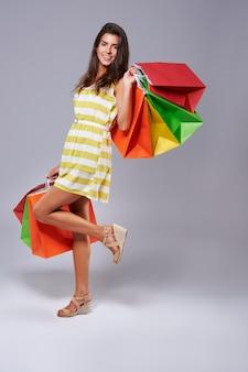 Gute laune und viele einkaufstaschen