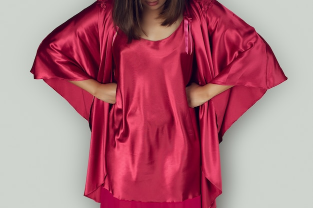 Gute nacht frauen tragen rotes nachthemd und langärmliges satingewand