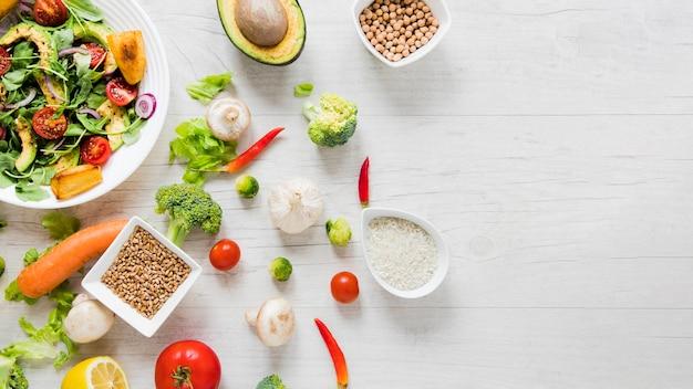 Gute sachen des strengen vegetariers auf weißem hintergrund mit kopienraum