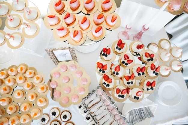 Gute süßigkeiten auf dem festlichen tisch