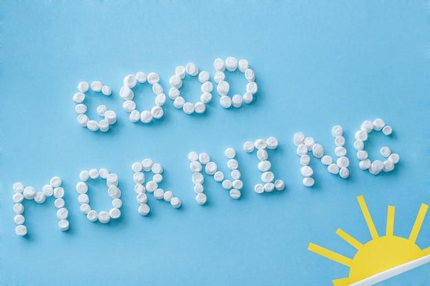 Guten morgen aus marshmallow und figur der aufgehenden sonne. konzept