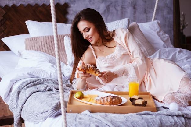 Guten morgen. frühstück im bett. croissant kaffee und saft