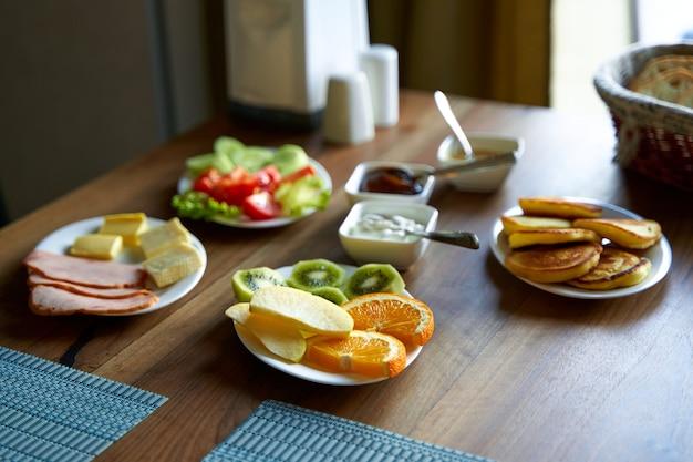 Guten morgen im hotel. frühstück mit verschiedenen gerichten zur auswahl.