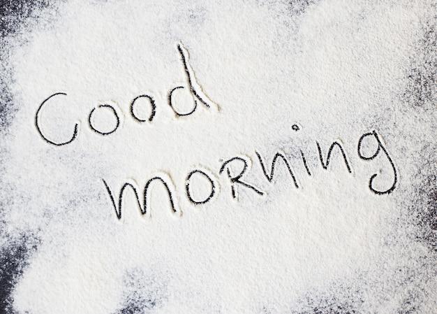 Guten morgen inschrift auf dem brett mit mehl