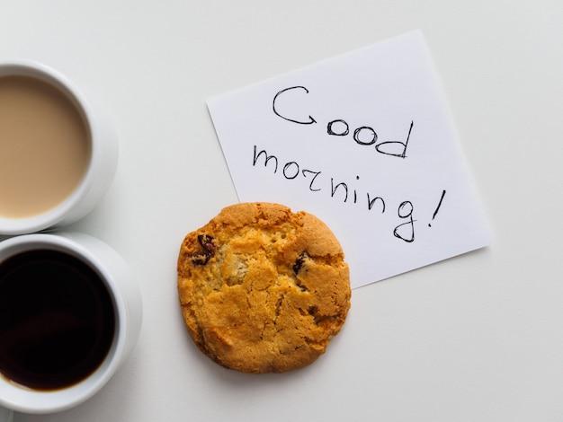 Guten morgen inschrift mit kaffee und keks