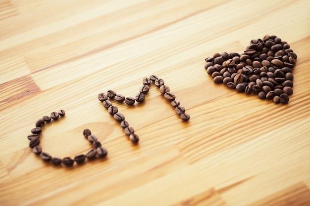 Guten morgen. kaffeezeit. kaffee zum mitnehmen und bohnen
