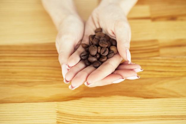 Guten morgen. kaffeezeit. kaffeebohnen auf einem hölzernen hintergrund