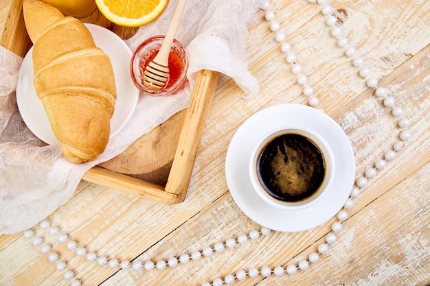 Guten morgen. kontinentales frühstück auf ristischem hölzernem hintergrund.