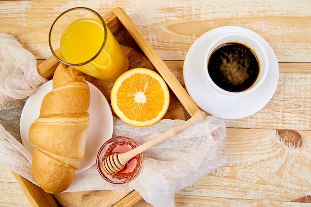 Guten morgen. kontinentales frühstück auf rustikalem holz.