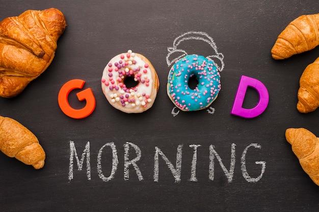 Guten morgen mesage mit donuts und croissants