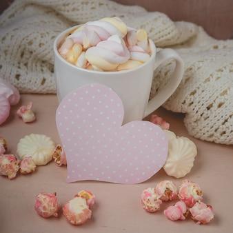 Guten morgen mit heißer schokolade auf holztisch