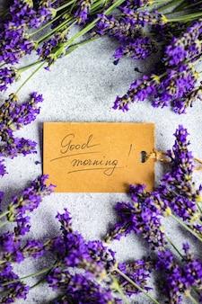 Guten morgen nachricht und frische lavendelblüten